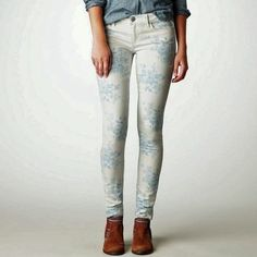American Eagle blue and white floral skinny jeans worn once! So cute! American Eagle Outfitters Pants