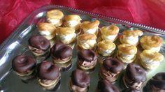 Mini věnečky Mini zákusky- větrníčky čokoládové, pudinkový krém s belgickou čokoládou, pařížská šlehačka, poleva z belgické čokolády. Průměr 5cm. Mini zákusky- větrníčky vanilkové, pudinkový krém s burbonskou vanilkou, bílá šlehačka, kávová poleva. Průměr 5cm.