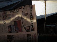 china--hong-kong--kowloon--daytime--street--still-life--newspaper--light--market--rope--2015-04-25--ribba