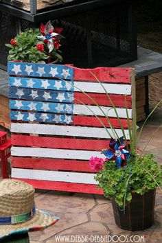 How To Make A Patriotic Pallet by DIY Ready at http://diyready.com/4th-of-july-recipes-and-party-ideas/
