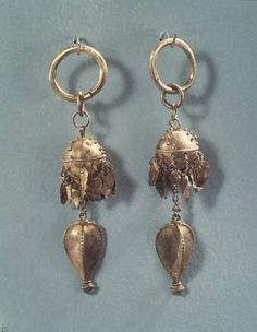 Pair of Earrings Medium: Sheet gold and wire gold with heart-shaped pendants. Dates: 5th-6th century Dynasty: Silla Dynasty Period: Silla Dynasty Dimensions: 31/8 x 3/4 in. (7.9 x 1.9cm) Korea