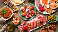 Discover the tapas traditions of Spain on a 3-hour walk through Madrid. Take a culinary journey through the regions of Spain and get to know the origins of tapas and the production of tapas. Light Recipes, Wine Recipes, Sushi Japon, Madrid Tapas, Spanish Cuisine, Best Spanish Food, Latin American Food, Tapas Bar, Sangria