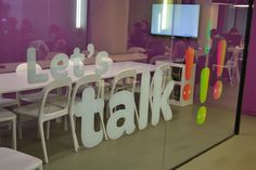 Implementación de la marca What´s Up en Madrid. Un imagen corporativa con un diseño muy logrado que nos trasmite frescura, alegría y diversión.