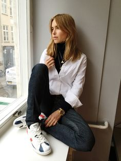 The weather in spring is very varied, hot and cold, and the most suitable item for this season is sweater + shirt.The sweater can be selected as a short pa Sweater Layering, Layering Outfits, Casual Outfits, Cute Outfits, Fashion Outfits, Layering Shirts, Fall Layering, Nyc Fashion, Street Fashion