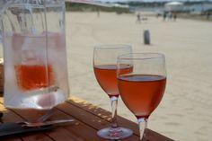 Dégustez un verre de rosé au bord de la plage. (L'abus d'alcool est dangereux pour la santé) Port Camargue, Alcoholic Drinks, Wine, Alcohol, Tourism, Beach, Drinkware, Alcoholic Beverages, Liquor