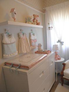 Quarto de bebê da arquiteta Lígia Bisconti. Mais fotos aqui: http://mamaepratica.com.br/2015/03/30/como-combinar-azul-e-rosa-em-um-unico-quarto-de-bebe/