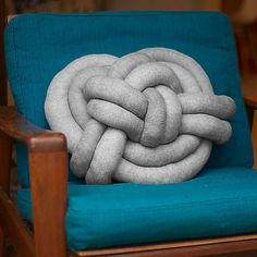 Knotenkissen aus Strumpfhose / Celtic knot pillow made of tights / Upcycling
