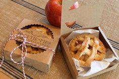 Wedding DIY - Wedding Favor Box - Mini Pie Packaging Kit - Pack of 20 - Sweetie Pies - Miniature - Country Wedding - Nostalgia - Food: Veggie tables Food Trucks, Bakery Packaging, Diy Cookie Packaging, Mini Pies, Food Gifts, Wedding Favors, Diy Wedding, Fall Wedding, Wedding Gifts