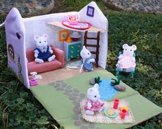 Best fabric dollhouse I've seen so far! Calico Critters - perfect friends to live inside!