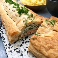 Indbagt laks med hollandaise og bagt peberfrugt Greek Recipes, Italian Recipes, Fish Dishes, Main Dishes, Spanakopita, Fish And Seafood, Quiche, Food And Drink, Gluten Free