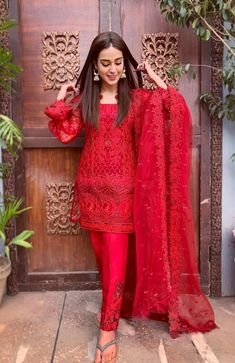 latest style of pakistani salwar kameez to change your style- be fashionable Types of pakistani salwar kameez accordingly to your body shapes, what wear and what to avoid according to your body type. make people fall for you Pakistani Fashion Casual, Pakistani Formal Dresses, Pakistani Dress Design, Pakistani Outfits, Indian Outfits, Indian Fashion, Pakistani Party Wear, French Fashion, Korean Fashion