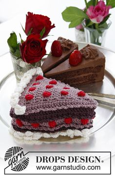 """Black Forest - DROPS Valentine: Crochet DROPS piece of cake with berries and cream in """"Muskat"""". - Free pattern by DROPS Design Crochet Cake, Crochet Food, Crochet Dolls, Hand Crochet, Drops Design, Drop Cake, Magazine Drops, Crochet Gratis, Free Crochet"""