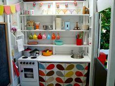 Petite cuisine pour enfant toute équipée dans une cabane de jardin