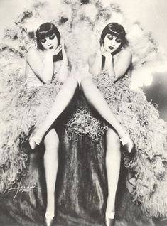 Ziegfeld Follies photo print poster girls Sisters G vintage twins showgirls fine art black and white antique wall decor art women gift Vintage Glamour, Vintage Beauty, Vintage Fashion, Edwardian Fashion, Fashion 1920s, Fashion Glamour, High Fashion, Womens Fashion, Fashion Trends