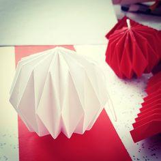 Weihnachtskugel aus Papier Plissee