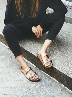 Footbed-sandals-bucket-flats-shoes-summer-shoe-messy-streets-fashion-trends11