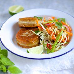 Fiskekaker med sprø thaisalat.