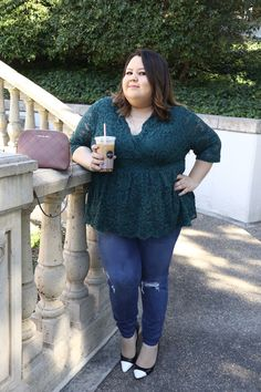 7f1147e24 Como Vestir Si Eres Gordita: Atuendo con blusa verde de encaje y jeans. Plus