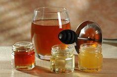 Nedajte kašľu šancu: Bleskový domáci sirup z 3 surovín ko na to? Do hrnca nalejte šálku vody. Očistený zázvor si nakrájajte na plátky (1/4 šálky), pridajte nastrúhanú citrónovú kôru ( 1 až 2 PL). Zalejte horúcou vodou a nechajte vylúhovať 5 minút. Hotový roztok preceďte cez sitko. Zmiešajte so šálkou medu. Ako dávkovať? 1/2 až 1 ČL každé 2 hodiny pre deti od 1 – 5 rokov 1-2 ČL každé dve hodiny pre deti vo veku od 5-12 rokov 1-2 PL každé 4 hodiny pre dospelých a deti staršie ako 12 rokov Nordic Interior, Alcoholic Drinks, Smoothie, Honey, Detox, Homemade, Recipes, Food, Medicine
