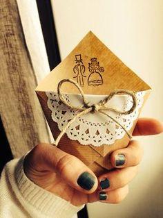 Guida all'utilizzo dei centrini di carta in un matrimonio
