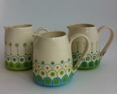 jugs by Katrin Moye . might be able to replicate this design on my flowerpot Pottery Painting, Ceramic Painting, Ceramic Artists, Ceramic Clay, Ceramic Pottery, Pottery Art, Vintage Cups, Painted Pots, Hand Painted Ceramics