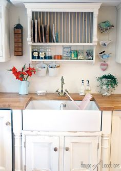 48 Inspiring Cottage Kitchen Cabinets Ideas With Country Style. Country kitchen cabinets determine design in creating the distinctive character of each kitchen. Cocina Shabby Chic, Shabby Chic Kitchen, Shabby Chic Homes, Country Kitchen, New Kitchen, Kitchen Decor, Cozy Kitchen, Basement Kitchen, Kitchen Tables