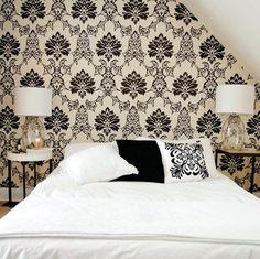 quarto de casal com papel de parede de textura vintage preto e branco