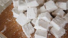 Τέλεια ιδέα???   ΥΛΙΚΑ:  400 γραμμάρια ζάχαρη 400 γραμμάρια νερό 4 φύλλα ζελατίνας (20 γραμμάρια) άχνη ζάχαρη για την επικάλυψη Χρώμα ζαχαροπλαστικής της αρεσκείας μας   Εκτέλεση:  Βράζουμε τη ζάχαρη μαζί με το νερό για 5 λεπτά. Ρίχνουμε τα φύλλα ζελατίνας αφού προηγουμένως τα έχουμε μαλακώσει