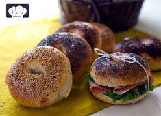 Con esta receta obtendrás unos bagel muy jugosos para rellenar con lo que realmente te gusten los bocadillos. No puede faltar el jamón serrano, ni el salmón ahumado, queso crema, mermeladas...