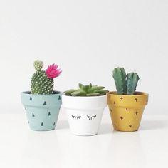 Ideas para Pintar Vaso de Barro Ideas to Paint Vase of Mud Painted Plant Pots, Painted Flower Pots, Painted Vases, Diy Garden, Garden Crafts, Diy Crafts, Room Deco, Flower Pot Design, Do It Yourself Inspiration