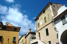 Riva Ligure (IM), centro storico, Piazza Matteotti: al centro scorcio dell'Oratorio di San Giovanni Battista (XVII secolo)