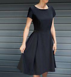 3d1aae4d0c3 Une petite robe noire à manches courtes proposée par Brigitte . Le patron  est disponible de