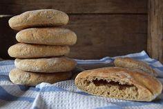 Det er nemt at bage sine egne pitabrød. Pitabrødene indeholder masser af kostfibre og giver en god mæthed. Hjemmebagte store, grove og luftige pitabrød, der gør aftensmaden og madpakken lidt bedre.…