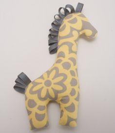 Deze Giraffe is gemaakt van katoenen stof, lint, en gevuld met de beste slagman van 100% katoen. De perfecte aanvulling op elke kleuter of kind-collectie. Kleine giraf meet ongeveer 8.5[21,5 cm]. Plek reinigen met vochtige doek.