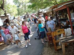 Wimberley hosts the oldest outdoor market in the Texas Hill Country and the second-largest in the state. Market Days are held the first Saturday of every month from March through December.