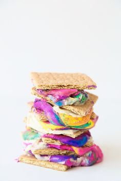 Tie-Dye S'mores 15 Gorgeous Rainbow Treats To Serve At Your Pride Party Rainbow Treats, Rainbow Food, Rainbow Desserts, Yummy Treats, Sweet Treats, Yummy Food, Fun Food, Colorful Desserts, Colorful Food