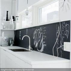 Eine Kreidetafel ist ein multifunktionales Accessoire in der Küche: Während sie als Spritzschutz hinter Spüle und Arbeitsfläche fungiert, können …