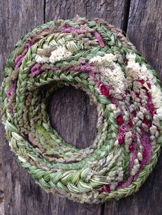 Dieser Kranz hat eine Styropor-Basis und ist mit geflochtenen Reed Mace, getrocknetes Gras und verschiedene getrocknete Blumen.  Externer Durchmesser-38 cm (14,9) Internen Durchmesser-16 cm (6,2) Dicke - 6 cm (2,3)  Dieser Kranz ist etwas anders und besonders, es kann ein wenig Exklusivität zu Ihnen nach Hause hinzuzufügen oder ein ganz besonderes Geschenk.  Fühlen Sie sich frei, mich zu kontaktieren, wenn Sie Fragen haben.  Haben Sie einen schönen Tag