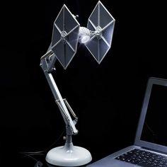 Jeśli spędzasz wieczory przy biurku na walce z rebelianckimi szumowinami, to z pewnością lampa inspirowana kultowym Tie Fighterem pomoże Ci doskonale wykonać robotę