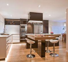 Глянцевая кухня с деревянной мебелью и островом