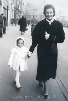"""""""Mia moglie Daniela con la zia Eugenia"""" - Corso Zanardelli 1953 http://www.bresciavintage.it/brescia-antica/storie-di-persone/mia-moglie-daniela-con-la-zia-eugenia-corso-zanardelli-1953/"""