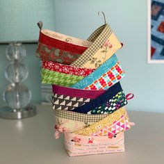 This Handy Little Basket is a Quick Project - Quilting Digest - - This Handy Little Basket is a Quick Project – Quilting Digest Crafts Dieser handliche kleine Korb ist ein schnelles Projekt – Quilting Digest Small Sewing Projects, Sewing Projects For Beginners, Sewing Tutorials, Sewing Hacks, Sewing Patterns, Sewing Tips, Sewing Ideas, Fabric Crafts, Sewing Crafts