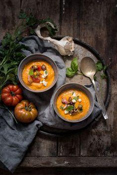 Zuppa fredda di peperoni gialli, pomodori e feta