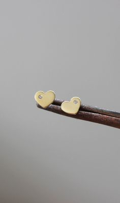 Brincos para bebê. Joia de coração feita à mão em ouro amarelo 18k. Produção em prata e ouro.