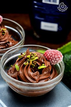Make this dairy-free, vegan-friendly Avocado Chocolate Mousse with this easy recipe. This mousse has all qualities of creamy, silky, and richness of avocado. Healthy Cooking, Healthy Snacks, Cooking Recipes, Healthy Recipes, Healthy Eating, Avocado Recipes, Avocado Mousse, Ripe Avocado, Dessert Mousse