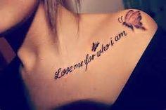tatouage femme papillon avec phrase sur clavicule et epaule