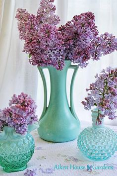 lilac flower arrangements in vintage glassware - Glorious Chic Cottage Decor From Aiken House & Gardens House Of Turquoise, Turquoise And Purple, Turquoise Accents, Vintage Turquoise, Aqua Blue, Vintage Flower Arrangements, Vintage Flowers, Lilac Flowers, Beautiful Flowers