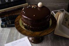 Шоколадная зеркальная глазурь без глюкозы и других специальных ингредиентов! Самый простой и понятный рецепт, а результат - восхитительный! Пошаговые фото!