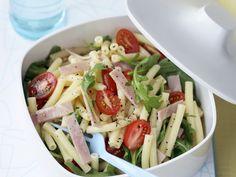 Nudel-Schinken-Salat mit Rucola und Tomaten - smarter - Kalorien: 444 Kcal - Zeit: 25 Min. | eatsmarter.de