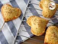 Pie pops, heart patties on sticks, Rece - Valentins Day Pie Pops, Menu St Valentin, Tapas, Valentines Day Food, Valentine Sday, Valentine Cake, Mini Pies, Feta, Healthy Desserts